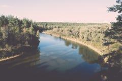 ajardine com árvores das montanhas e um rio na parte dianteira - vintage ef Foto de Stock
