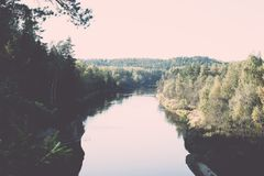 ajardine com árvores das montanhas e um rio na parte dianteira - vintage ef Fotos de Stock