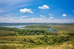 Ajardine com árvores e um rio na parte dianteira Fotografia de Stock Royalty Free