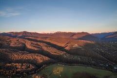 Ajardine com alturas com Mountain View e sunse vívido Foto de Stock Royalty Free