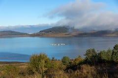 Ajardine com as baixas nuvens sobre a água do reservatório de Batak, Bulgária Fotografia de Stock Royalty Free