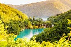 ajardine com as cachoeiras no parque nacional dos lagos Plitvice Foto de Stock