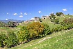 Ajardine com as casas de pedra velhas na montanha Fotografia de Stock Royalty Free