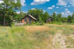 Ajardine com as casas do camponês em Mala Rublivka, oblast de Poltavskaya, Ucrânia Fotografia de Stock Royalty Free