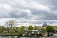 Ajardine com as casas e o rio holandeses pequenos sob o céu Fotografia de Stock