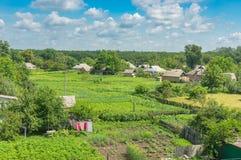 Ajardine com as casas na cidade de Karlovka, oblast de Poltavskaya, Ucrânia Fotografia de Stock