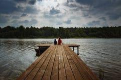 Ajardine com as crianças na nuvem no dia, Rússia do verão do rio, os Ural Imagem de Stock