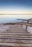 Ajardine com as escadas de madeira que conduzem ao mar Foto de Stock Royalty Free