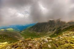 Ajardine com as montanhas de Fagaras em Romênia e em nuvens Fotografia de Stock Royalty Free