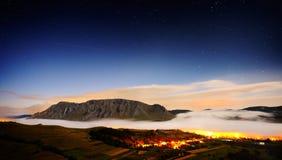 Ajardine com as montanhas de Trascau antes do nascer do sol, Romênia Imagem de Stock
