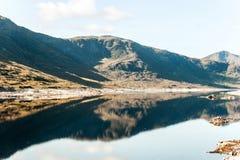 Ajardine com as montanhas e o lago selvagens escoceses bonitos com r Imagem de Stock