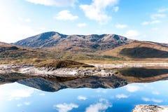 Ajardine com as montanhas e o lago selvagens escoceses bonitos com r Imagens de Stock Royalty Free