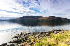 Ajardine com as montanhas e o lago selvagens escoceses bonitos com r Foto de Stock