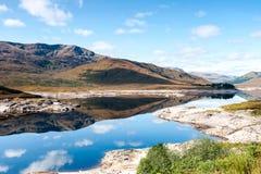 Ajardine com as montanhas e o lago selvagens escoceses bonitos com r Fotos de Stock