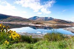 Ajardine com as montanhas e o lago selvagens escoceses bonitos com r Imagens de Stock