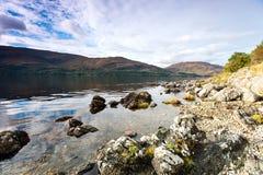 Ajardine com as montanhas e o lago selvagens escoceses bonitos com r Imagem de Stock Royalty Free