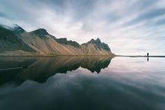 Ajardine com as montanhas refletidas na água, Islândia Foto de Stock Royalty Free