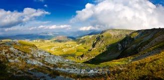 Ajardine com as montanhas rochosas de Fagaras no verão, vista para Fotos de Stock