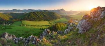 Ajardine com as montanhas rochosas no por do sol em eslovaco Fotografia de Stock Royalty Free