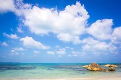 Ajardine com as nuvens brancas no céu azul Foto de Stock