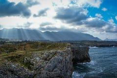 Ajardine com as nuvens em Guadamia, Asturia y Cantábria, Espanha Fotografia de Stock