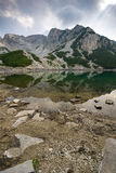 Ajardine com as nuvens escuras sobre o pico de Sinanitsa e o lago, montanha de Pirin Fotos de Stock