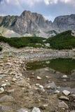 Ajardine com as nuvens escuras sobre o pico de Sinanitsa e o lago, montanha de Pirin Imagens de Stock Royalty Free
