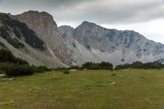 Ajardine com as nuvens escuras sobre o pico de Sinanitsa, montanha de Pirin Fotos de Stock Royalty Free