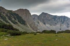 Ajardine com as nuvens escuras sobre o pico de Sinanitsa, montanha de Pirin Fotografia de Stock Royalty Free
