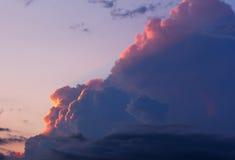 Ajardine com as nuvens no céu da noite nos raios do sol de ajuste Foto de Stock
