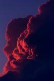 Ajardine com as nuvens vermelhas no céu da noite nos raios do sol de ajuste Fotos de Stock