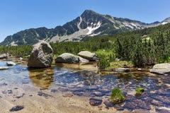 Ajardine com as pedras na água de lagos Banski e de pico de Sivrya, montanha de Pirin Imagem de Stock