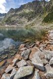 Ajardine com as pedras na água de lagos Musalenski, montanha de Rila Imagem de Stock