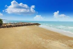 Ajardine com as pedras no mar na praia Fotos de Stock Royalty Free