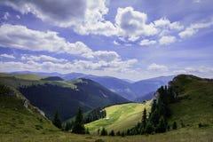 Ajardine com as rochas das montanhas de Bucegi, parte de Carpathians do sul em Romênia Fotografia de Stock