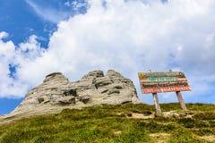 Ajardine com as rochas das montanhas de Bucegi, parte de Carpathians do sul em Romênia Imagens de Stock Royalty Free