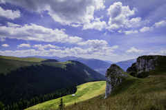 Ajardine com as rochas das montanhas de Bucegi, parte de Carpathians do sul em Romênia Foto de Stock Royalty Free