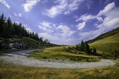 Ajardine com as rochas das montanhas de Bucegi, parte de Carpathians do sul em Romênia Fotos de Stock