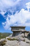 Ajardine com as rochas das montanhas de Bucegi, parte de Carpathians do sul em Romênia Imagens de Stock
