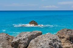 Ajardine com as rochas em Megali Petra Beach, Lefkada, ilhas Ionian Imagens de Stock Royalty Free