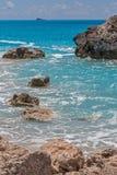 Ajardine com as rochas em Megali Petra Beach, Lefkada, ilhas Ionian Foto de Stock