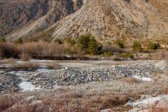 Ajardine com as rochas no pé da montanha Fotos de Stock