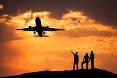 Ajardine com as silhuetas de povos eretos, passageiro airplan Fotografia de Stock
