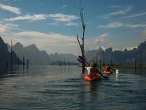 Ajardine com as silhuetas no lago Chieou Laan, Tailândia Imagens de Stock