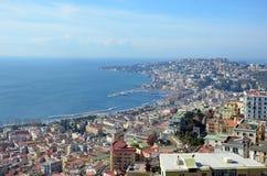Ajardine com a baía da cidade de Nápoles em Itália sul Fotografia de Stock