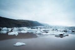 Ajardine com banquisas de gelo no lago glacial Fjallsarlon, Icelan Foto de Stock Royalty Free