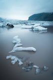 Ajardine com banquisas de gelo no lago glacial Fjallsarlon, Icelan Imagens de Stock