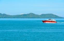 Ajardine com barco e o mar vermelhos sob o céu azul no mornin Imagens de Stock