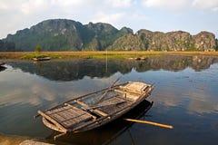 Ajardine com barco, montanhas e nuble-se Van Long Natural Reser Fotografia de Stock