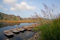 Ajardine com barco, montanhas e nuble-se Van Long Natural Reser Imagem de Stock